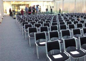 Mobiliario y carpa para presentaciones y actos 01