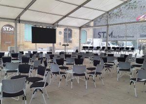 Mobiliario y carpa para presentaciones y actos